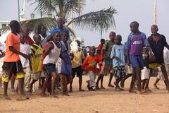 非洲孩子游行与绵羊 库存照片