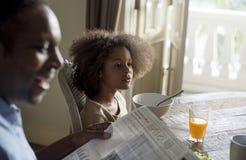 非洲家庭在一个餐厅 免版税库存照片