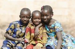 非洲家庭男孩和女孩微笑的笑在非洲 库存照片