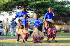 非洲歌手唱歌并且跳舞在一个街道事件在坎帕拉 免版税库存图片