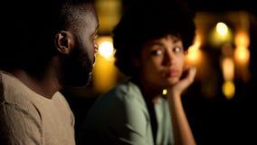 非洲男性道歉向女朋友,争论夫妇在夜城市,冲突 库存图片