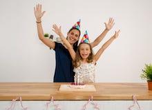 非洲裔美国人气球美丽的生日蛋糕庆祝巧克力杯子楼层女孩藏品家当事人当前坐的微笑的包围的时间对年轻人 库存照片