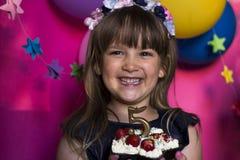 非洲裔美国人气球美丽的生日蛋糕庆祝巧克力杯子楼层女孩藏品家当事人当前坐的微笑的包围的时间对年轻人 公主和她的草莓蛋糕 无忧无虑的childh 库存图片