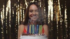 非洲裔美国人气球美丽的生日蛋糕庆祝巧克力杯子楼层女孩藏品家当事人当前坐的微笑的包围的时间对年轻人 愉快的在蛋糕画象的妇女吹的蜡烛 股票录像