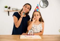 非洲裔美国人气球美丽的生日蛋糕庆祝巧克力杯子楼层女孩藏品家当事人当前坐的微笑的包围的时间对年轻人 免版税图库摄影