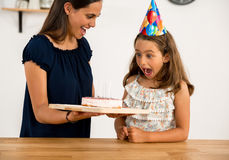 非洲裔美国人气球美丽的生日蛋糕庆祝巧克力杯子楼层女孩藏品家当事人当前坐的微笑的包围的时间对年轻人 免版税库存照片