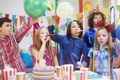 非洲裔美国人气球美丽的生日蛋糕庆祝巧克力杯子楼层女孩藏品家当事人当前坐的微笑的包围的时间对年轻人 库存图片