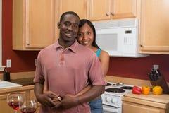 非洲裔美国人的夫妇水平的厨房 免版税库存图片