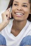 非洲裔美国人的妇女女孩联系在移动电话 库存照片