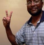 非洲裔美国人的打手势的人和平标志 图库摄影