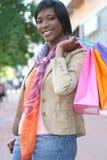 非洲裔美国人的有吸引力的女性购物 免版税库存照片