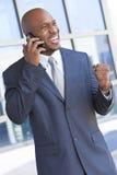 非洲裔美国人的生意人联系在移动电话 免版税库存图片
