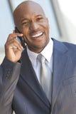 非洲裔美国人的生意人联系在移动电话 免版税库存照片
