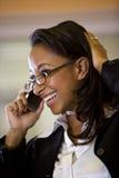 非洲裔美国人的移动电话联系的妇女&# 免版税库存照片