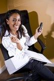 非洲裔美国人的笔记本办公室工作者&# 免版税图库摄影