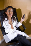 非洲裔美国人的笔记本办公室工作者&# 库存照片