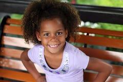 非洲裔美国人的美丽的女孩微笑的一&# 免版税库存图片