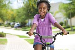 非洲裔美国人的自行车女孩愉快骑马&# 库存照片