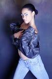 非洲裔美国人的黑人舞女她的剥离的夹克少年 免版税库存图片