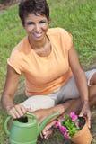 非洲裔美国人花从事园艺种植妇女 库存照片