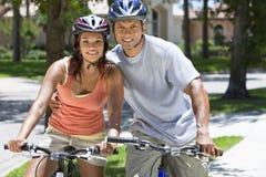 非洲裔美国人骑自行车夫妇人骑马妇&# 库存图片