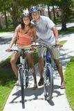 非洲裔美国人骑自行车夫妇人骑马妇&# 免版税图库摄影
