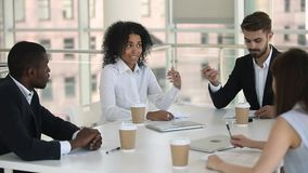 非洲雇员领导谈论项目与同事在小组聚会上 股票录像