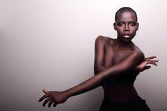 非洲黑人新性感的时装模特儿工作室纵向 免版税库存图片