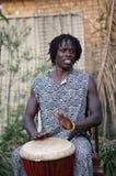 非洲djembe球员 免版税库存图片