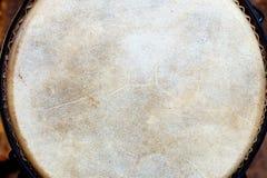 非洲djembe鼓原来的 在皮革的细节 免版税库存图片