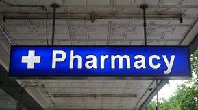 非特指的普遍在入口上的药房霓虹灯广告对药店 免版税库存照片
