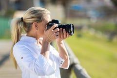 非职业中部年迈的摄影师 免版税库存照片