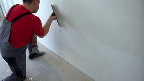 非职业人在他的房子里完成建筑完成的工作 执行它你自己 影视素材