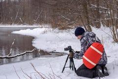 非职业摄影师采取在湖的一个冬天风景森林拷贝空间的 库存图片