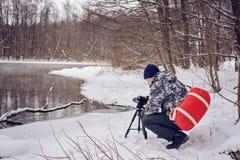 非职业摄影师采取在湖的一个冬天风景森林拷贝空间的 免版税库存图片