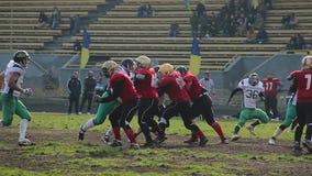 非职业橄榄球比赛,活跃球员在前短冷期形成排队了 股票录像