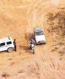 非职业种族在沙漠,夏日。 库存图片