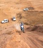 非职业种族在沙漠,夏日。 库存照片