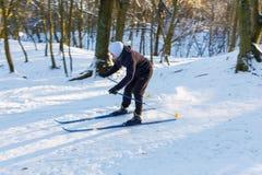 非职业滑雪者调低小山 免版税库存照片
