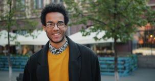 非裔美国人人在微笑之外的人身分慢动作画象  股票录像
