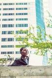 年轻非裔美国人大学生学习,运作在lapt 免版税库存图片