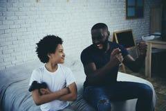 非裔美国人的人赢得电子游戏的儿子 免版税库存照片