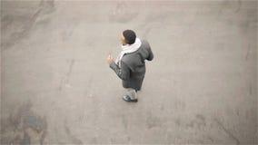 非裔美国人的人跳舞的顶视图在秋天街道的,耳机 股票录像