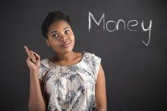 非裔美国人的关于金钱的妇女好想法在黑板背景 免版税图库摄影