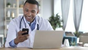 非裔美国人的医生互联网的Using Smartphone 股票录像