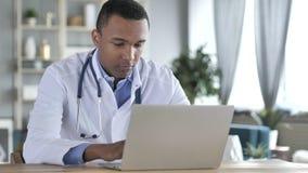 非裔美国人的医生Working On Laptop 图库摄影