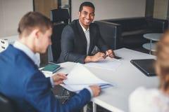 非裔美国人的商业领袖在工作环境里 库存照片
