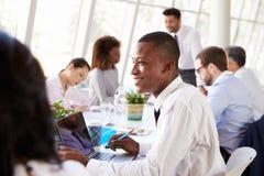 非裔美国人的商人在与同事的会谈上 免版税库存图片