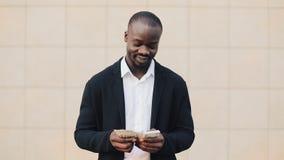 非裔美国人的商人画象在计数金钱身分的衣服的在办公室中心附近 庆祝他的他 股票视频