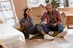 非裔美国人的在新的夫妇计算的预算 免版税图库摄影
